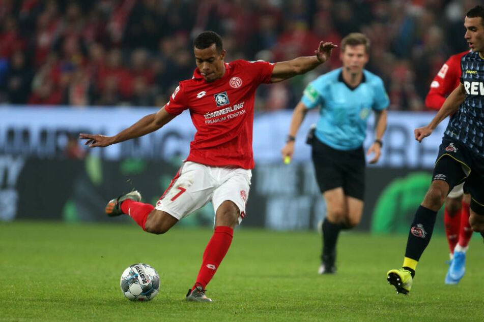 Der Mainzer Robin Quaison trifft zum 2:1.