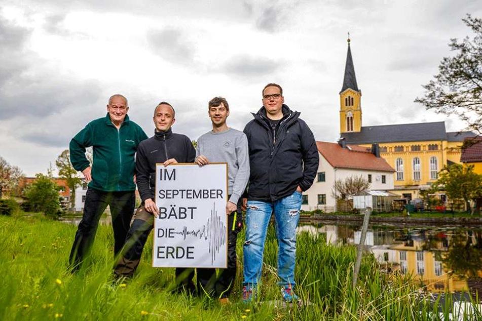 Sie organisieren in ihrem Dorf das Festival (v.l.): Die Bärnsdorfer Peter Böhme (65), Jens Wolf (35), Marcus Mambk (34) und Marcel Zillich (22).