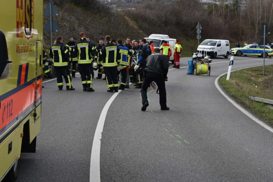 Die Unfallaufnahme der Polizei und Rettungs- und Bergungsarbeiten durch Feuerwehr und Rettungskräfte.