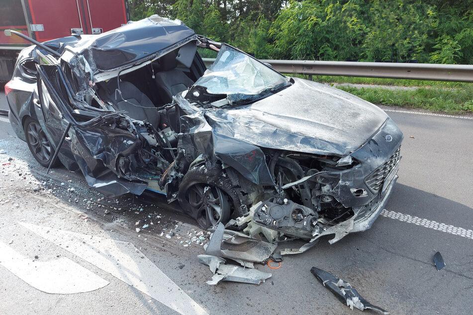 Das Fluchtauto krachte mit überhöhter Geschwindigkeit unter einen Lkw und wurde komplett zerstört.