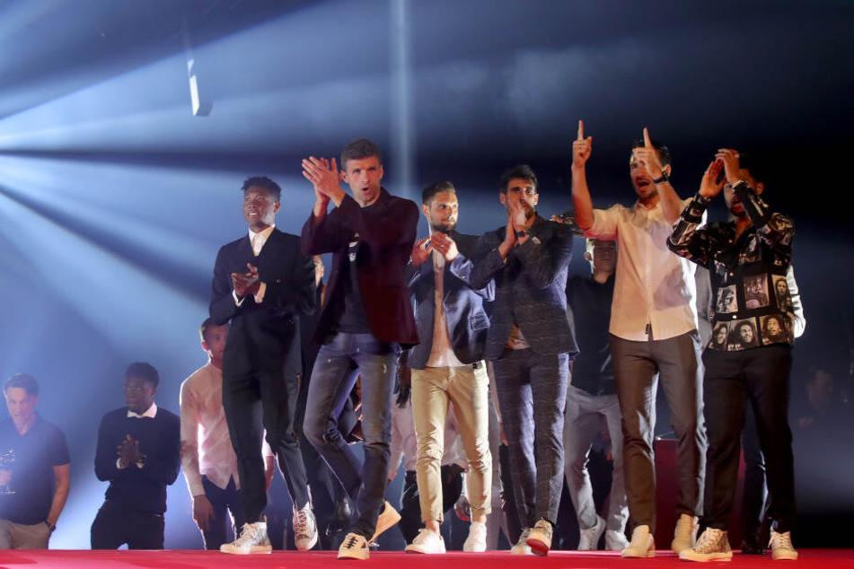 Spieler von Bayern München tanzen auf der Bühne bei einer Klub-internen Meisterfeier am Nockerberg.