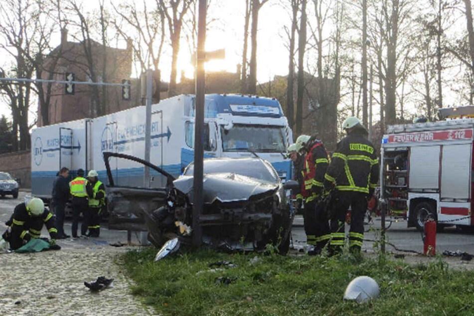 Das Auto krachte bei dem Unfall in einen Mast.