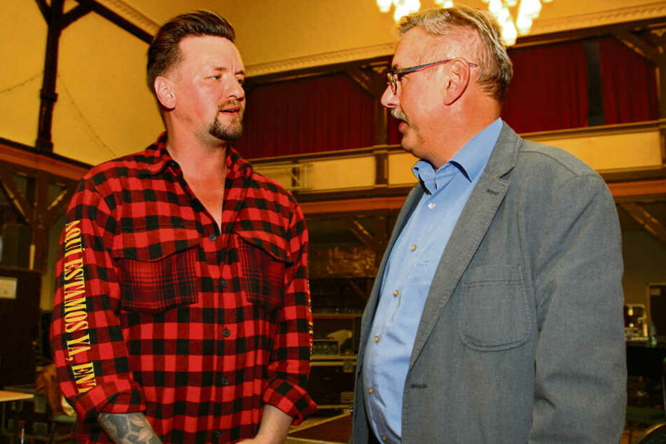 Lohmens Bürgermeister Jörg Mildner (61, CDU) traf den Sänger während seiner Proben.