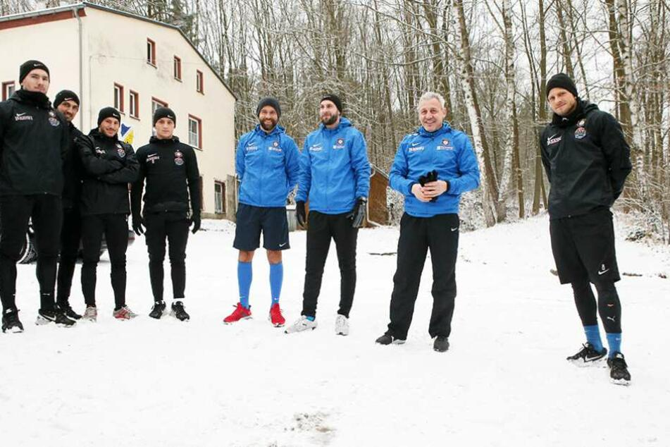 Pavel Dotchev (2.v.r.) begrüßte am Mittwoch seine Spieler zum Trainingsauftakt.