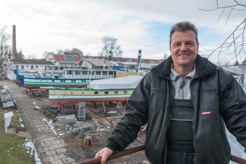 """Falk Naumann (51) behält bei den Reperaturarbeiten die Übersicht. Als  Vorarbeiter der Werft, legt er bei der Generalüberholung """"seiner"""" Schiffe  täglich Hand an."""