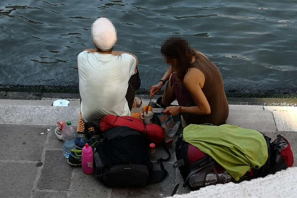 Die beiden deutschen Touristen kochten sich an der Treppe der Rialto-Brücke in Venedig mit einem kleinen Kaffeekocher einen Kaffee. Das ist verboten!