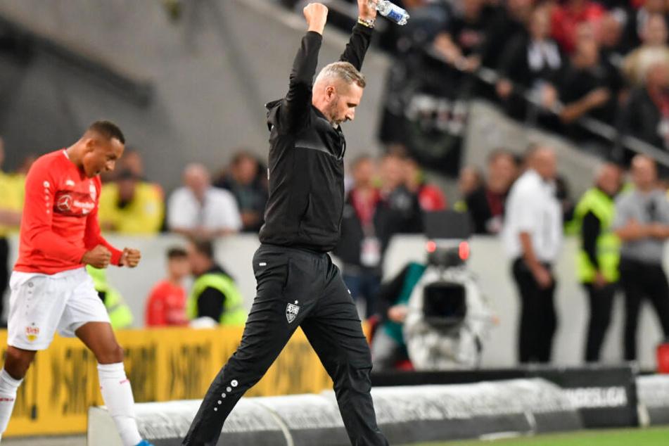 Stuttgarts Cheftrainer Tim Walter jubelt beim Schlusspfiff über den 2:1 Sieg gegen VfL Bochum.
