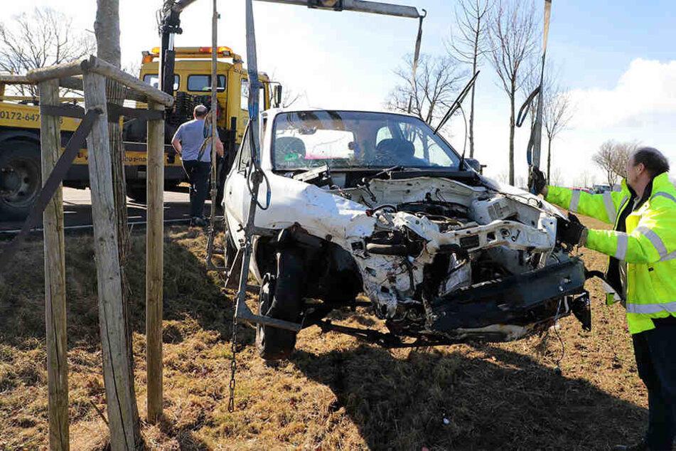 Der Opel wurde bei dem Unfall auf ein Feld geschleudert.