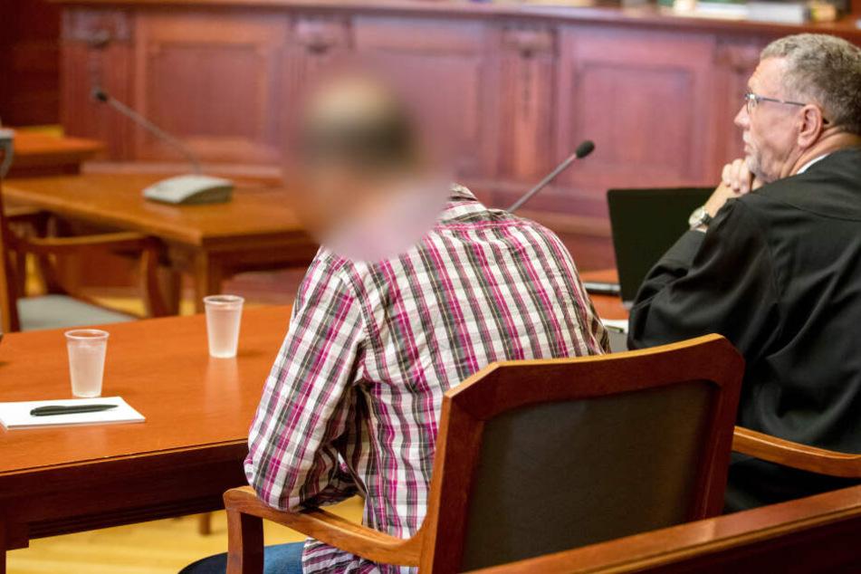 Der Angeklagte Boujemaa L. neben seinem Anwalt Karsten Schieseck.