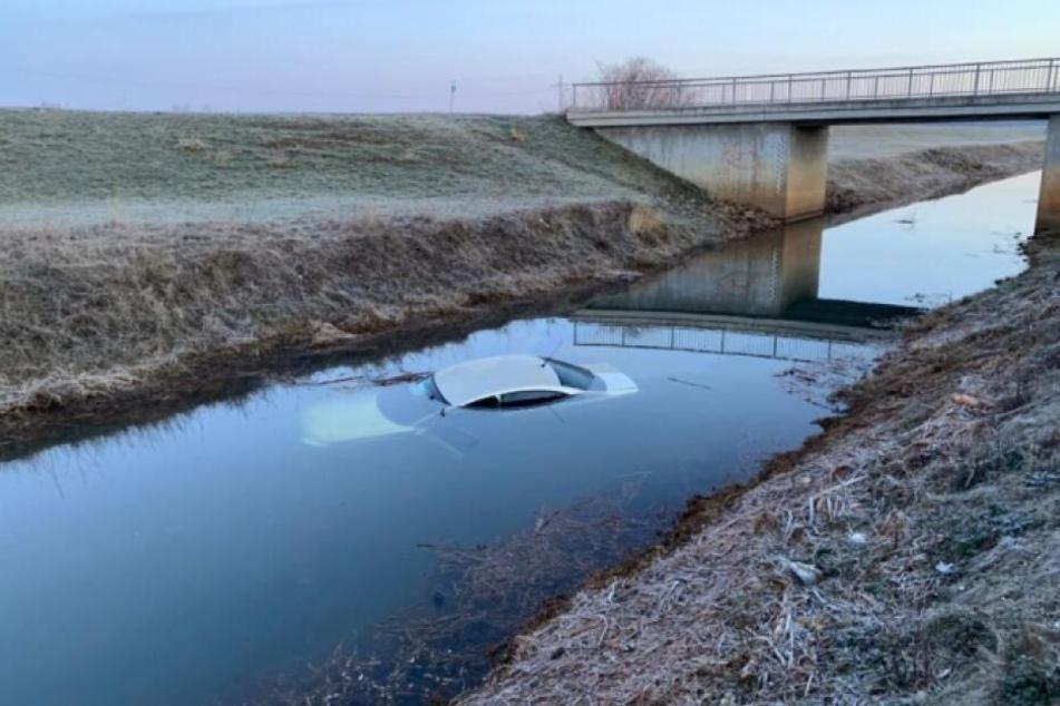 In Bitterfeld fuhr am Montagmorgen ein 42-Jähriger mit seinem Wagen in den Fluss Leine.