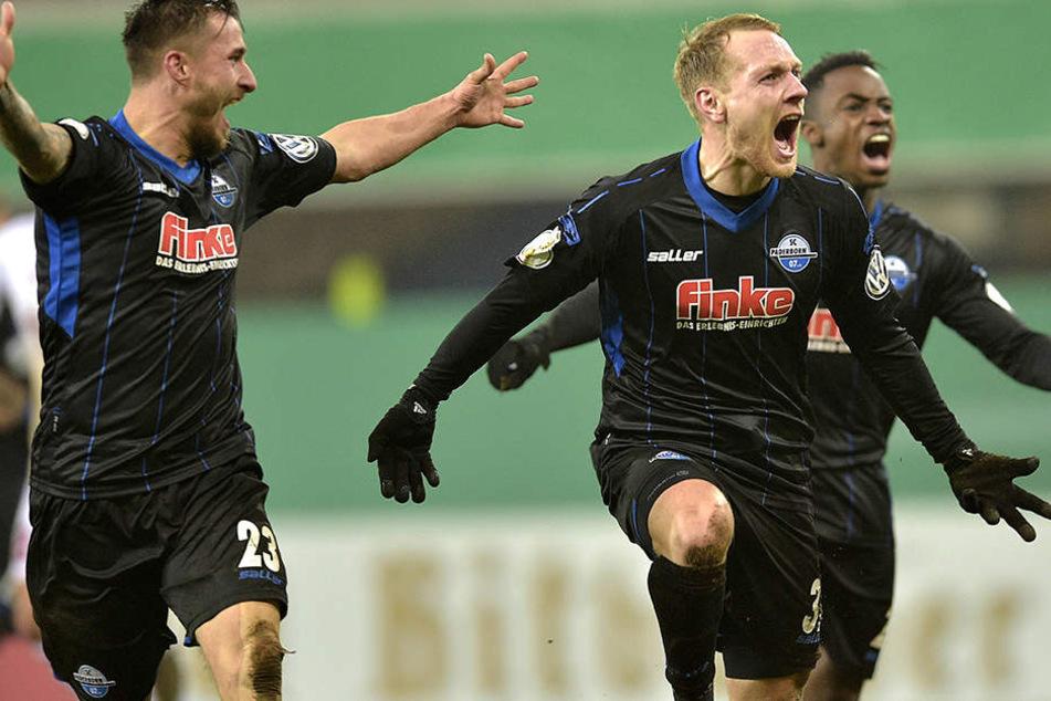 Ben Zolinski (mi.), Robin Krauße (li.) und Christopher Antwi-Adjej (re.) freuen sich über den DFB-Pokal-Sieg.