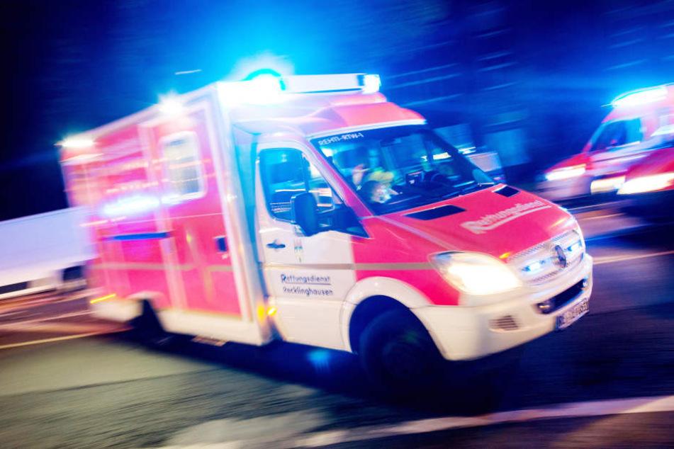 Mit einem Rettungswagen (Symbolbild) musste der Schwerverletzte in eine Klinik gebracht werden.