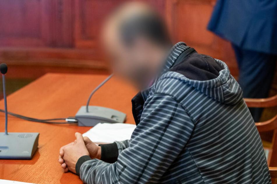 Das Landgericht hat den 42-jährigen Angeklagten wegen Mordes und gefährlicher Körperverletzung an der Tramperin Sophia Lösche zu lebenslanger Haft verurteilt.