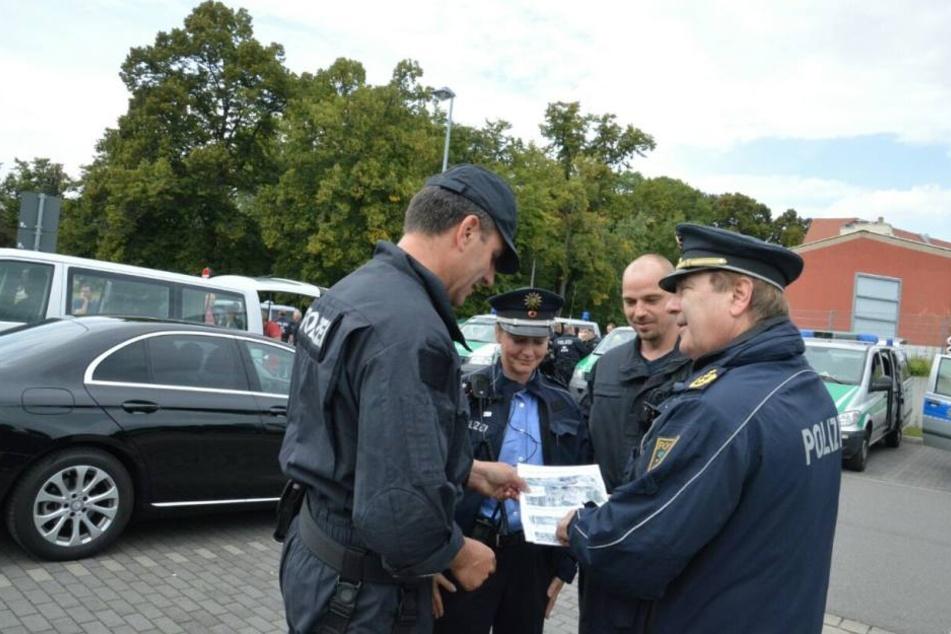Leipzigs Polizei-Präsident Bernd Merbitz (r.) bei einer Lagebesprechung.