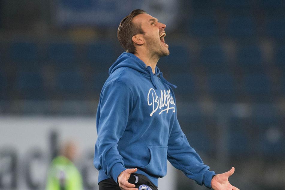 Bielefelds Trainer Carsten Rump stürmt beim 1:0 für den DSC jubelnd auf den Platz.