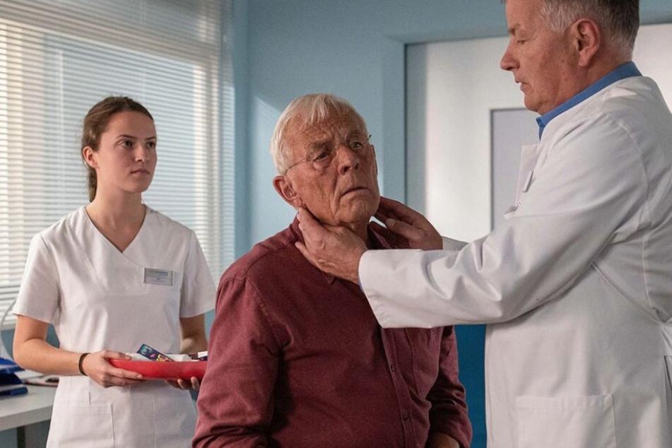 Otto Stein ist bei der Kontrolluntersuchung bei Dr. Roland Heilmann. Könnte es etwas schlimmeres als eine Erkältung sein?