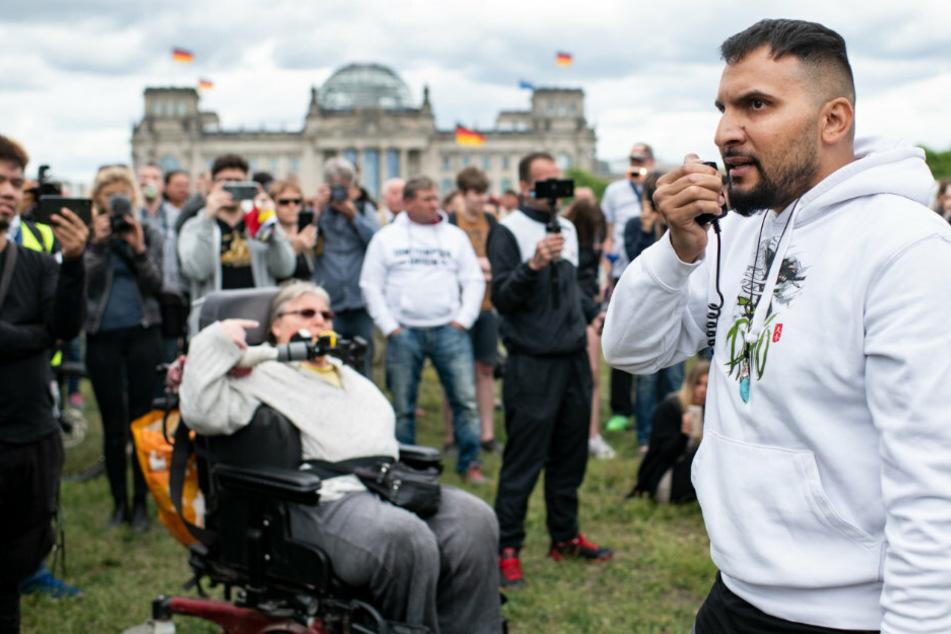 Attila Hildmann (39, r), Vegan-Kochbuchautor und Corona-Skeptiker, spricht bei der Abschluss-Kundgebung einer Demonstration gegen die Corona-Politik der Bundesregierung am Bundeskanzleramt.