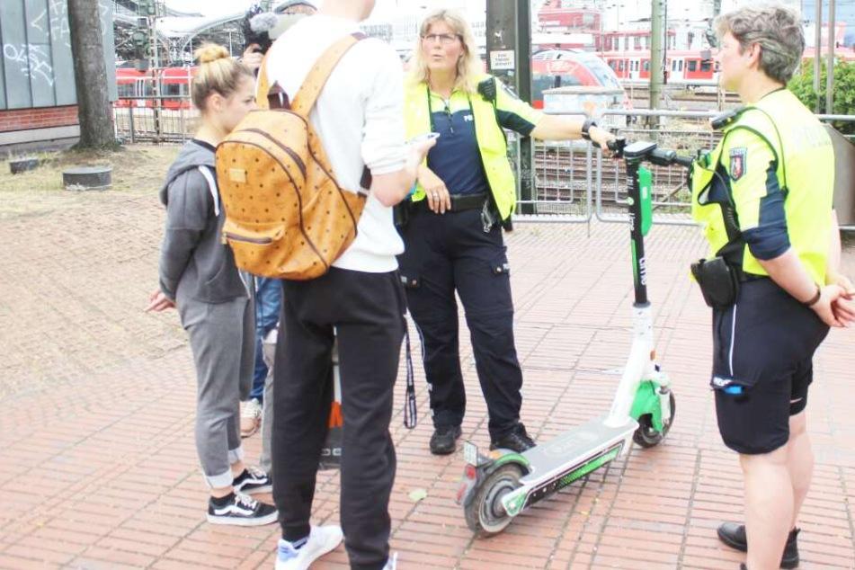 Die Polizei kontrollierte am Mittwochnachmittag am Heinrich-Böll-Platz und zwei weiteren Standorten E-Scooter-Fahrer.