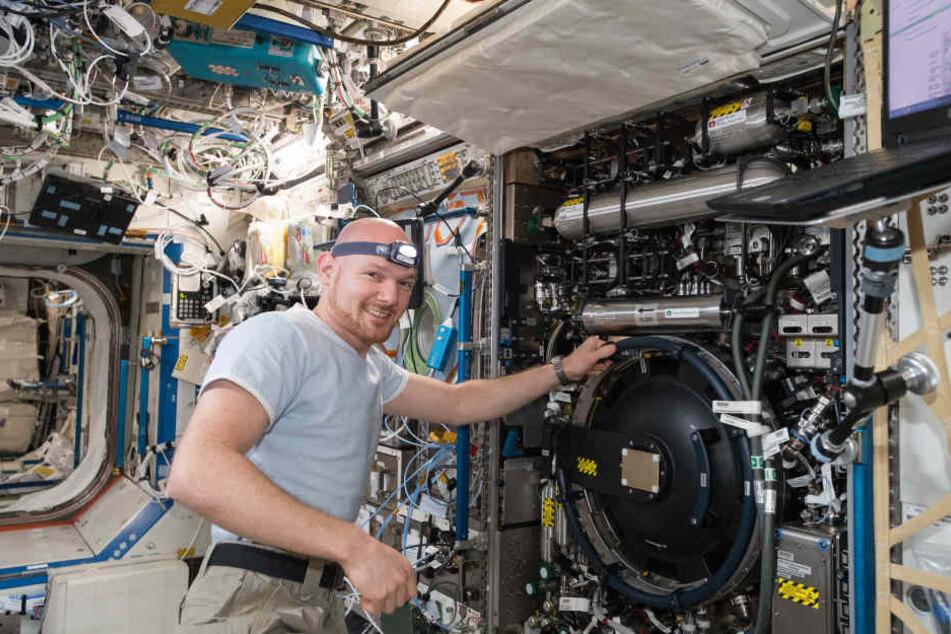 Astronaut Alexander Gerst bei einem Experiment auf der ISS.