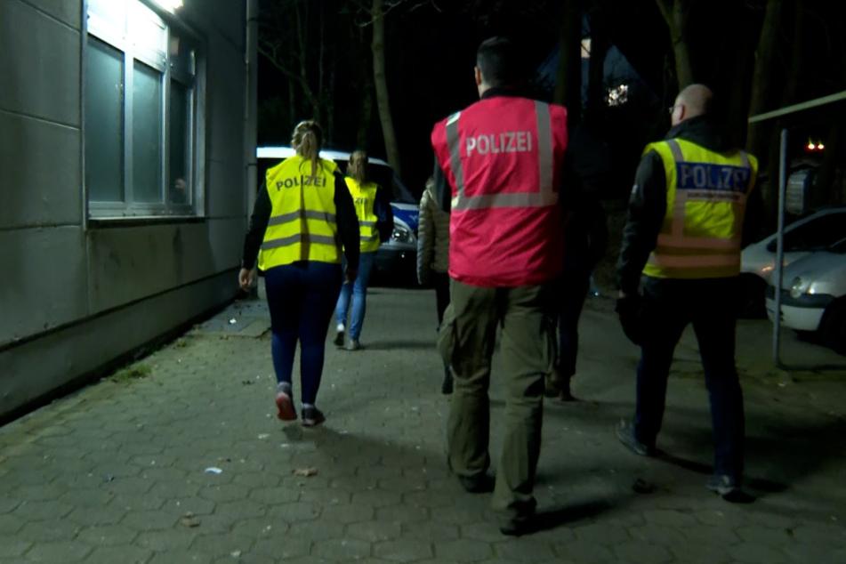 Polizisten durchsuchen das Gelände in Tonndorf.