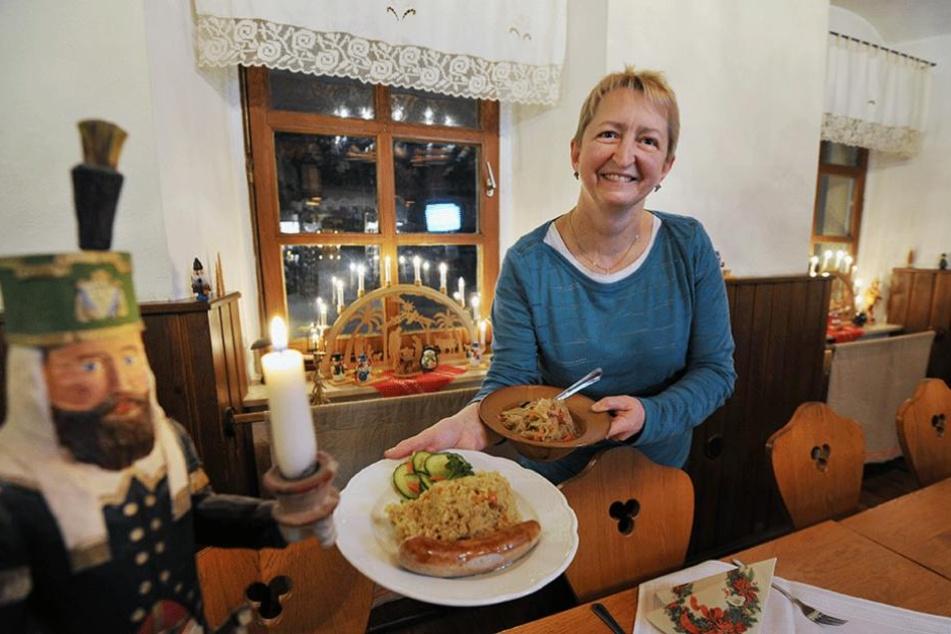 Cornelia Kökert (55) zeigt ein klassisches Gericht für die Lichtmess-Zeit: Bratwurst mit Sauerkraut, Hirsebrei und Wurzelgemüse.