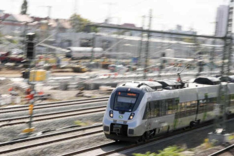 Die S-Bahn erfasste den 26-Jährigen an einem Bahnübergang.