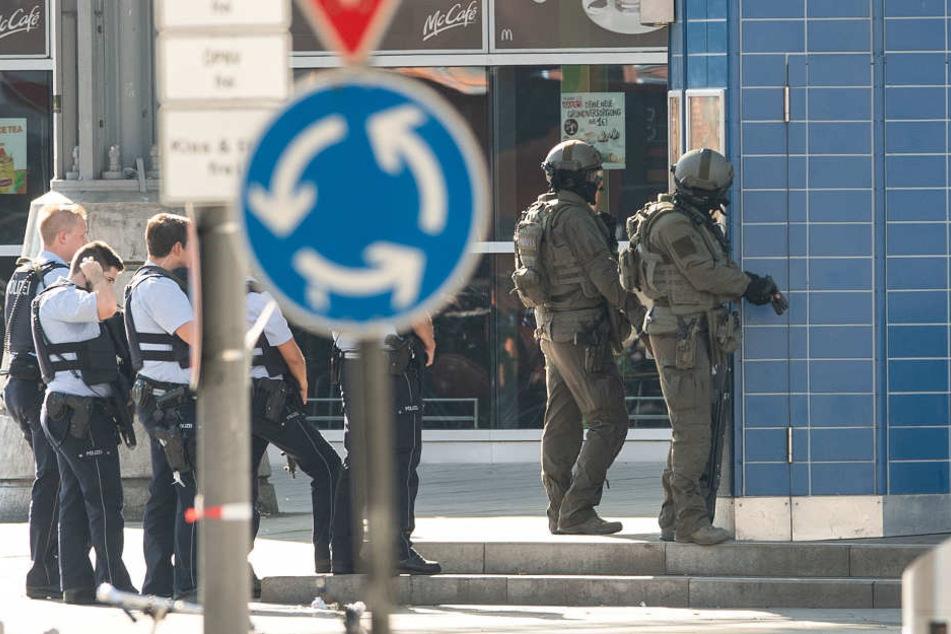Ein SEK-Team traf am Nachmittag am Kölner Hauptbahnhof ein.