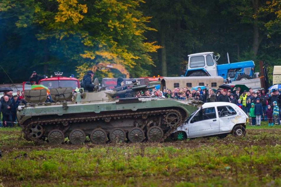 Rund 4000 Besucher sahen beim Ostblocktreffen auch spektakuläre Vorführungen. Etwa einen Panzer, der einen Pkw plättete.