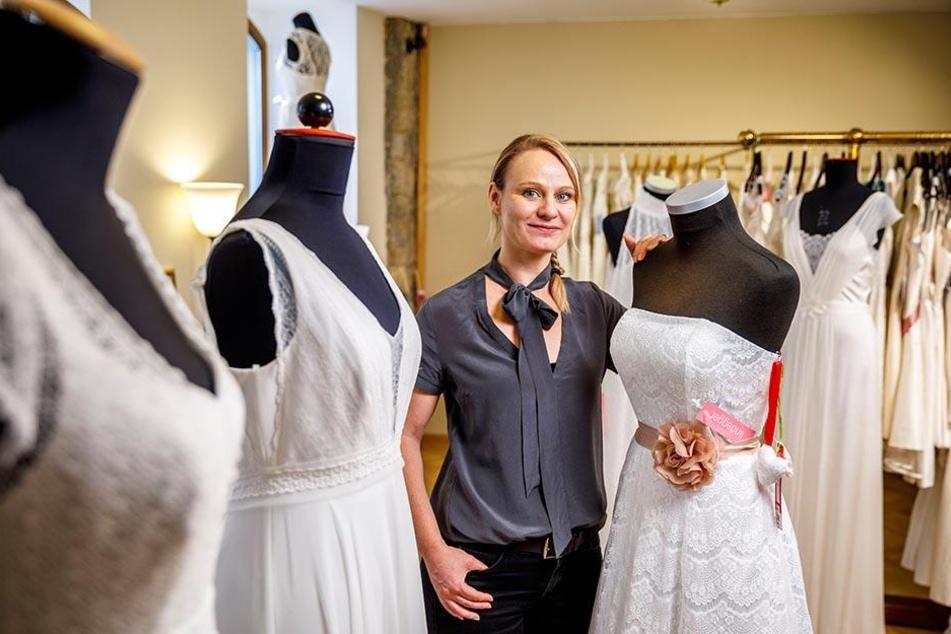 Silvia Klos (39) mag's bei Hochzeitskleidern  lieber klassisch als verspielt. Das kommt bei den Bräuten zunehmend  gut an.