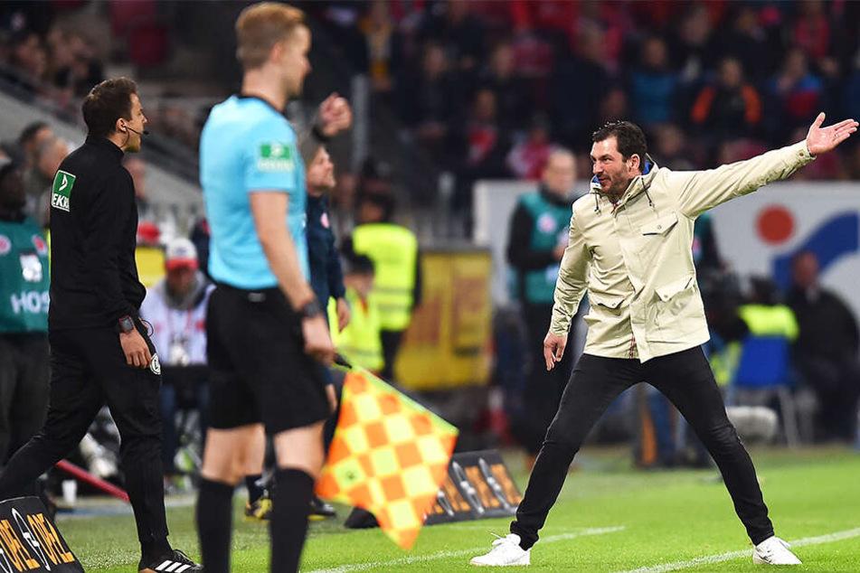 Der Mainzer Trainer Sandro Schwarz (r.) regte sich über viele Entscheidungen des Schiedsrichter-Gespanns auf.