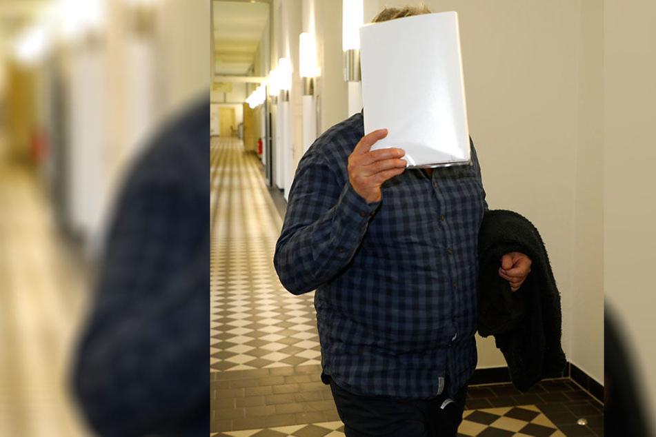 Istvan T. (59) vor dem Gerichtssaal. Seine Verteidigerin Katja Reichel (49) hat einen Deal ausgehandelt.