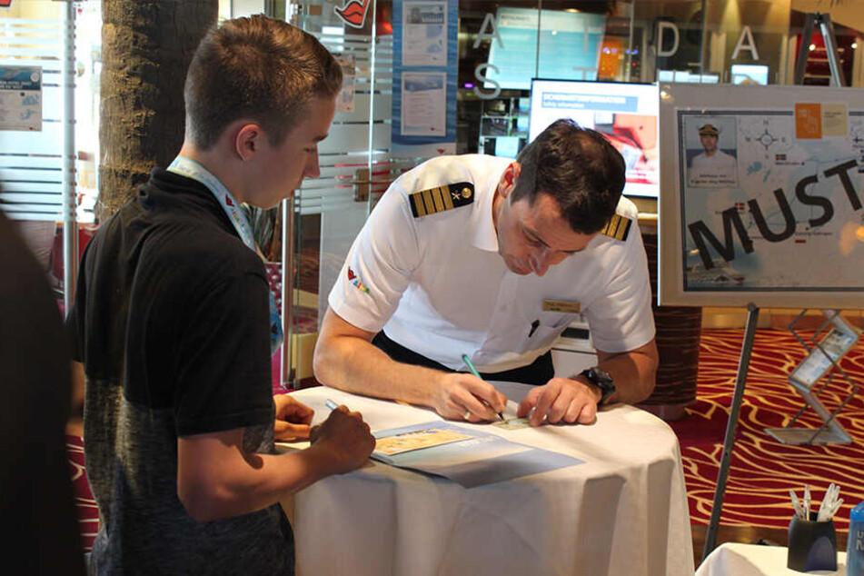 Auf einem Kreuzfahrtschiff ist ein Kapitän so was wie ein Popstar. Er muss Autogramme schreiben, Frauen wollen Selfies mit ihm.