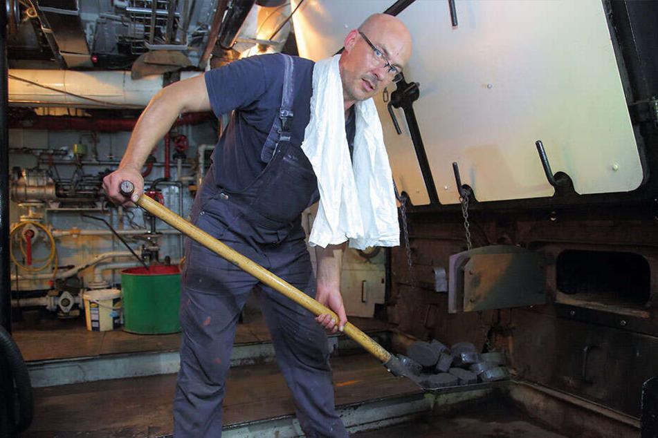 Heizt an seinem Arbeitsplatz noch zusätzlich ein: René Herold (44) im Maschinenraum der Diesbar.