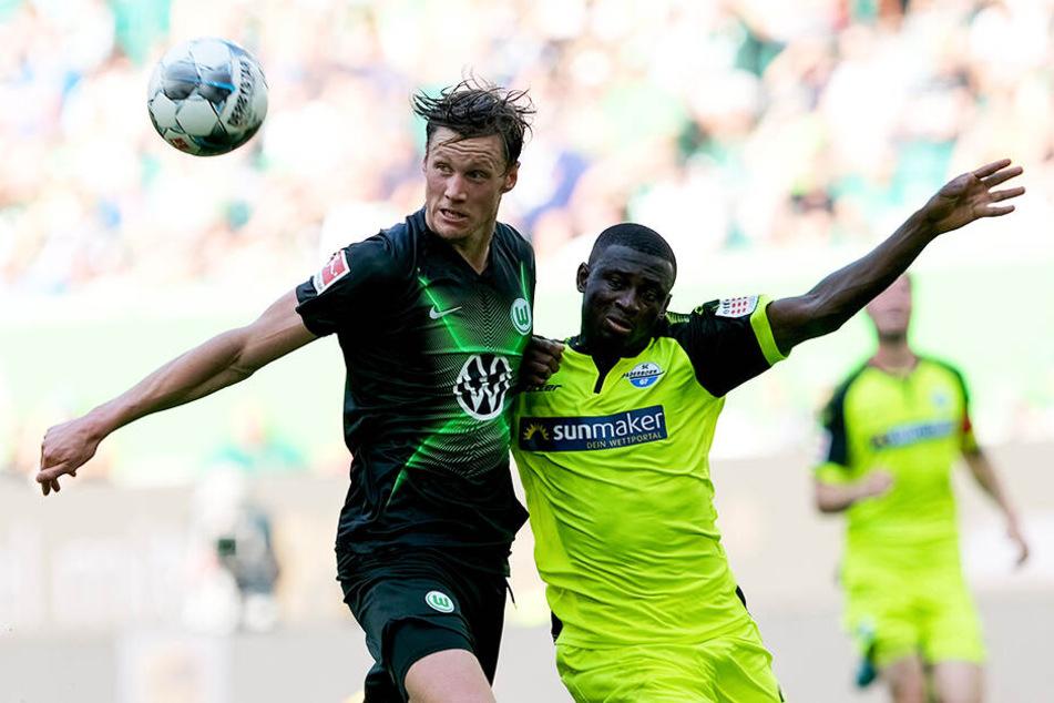 Intensives Spiel: Wolfsburgs Sturmtank Wout Weghorst (l.) und Paderborns Jamilu Collins kämpfen um den Ball.