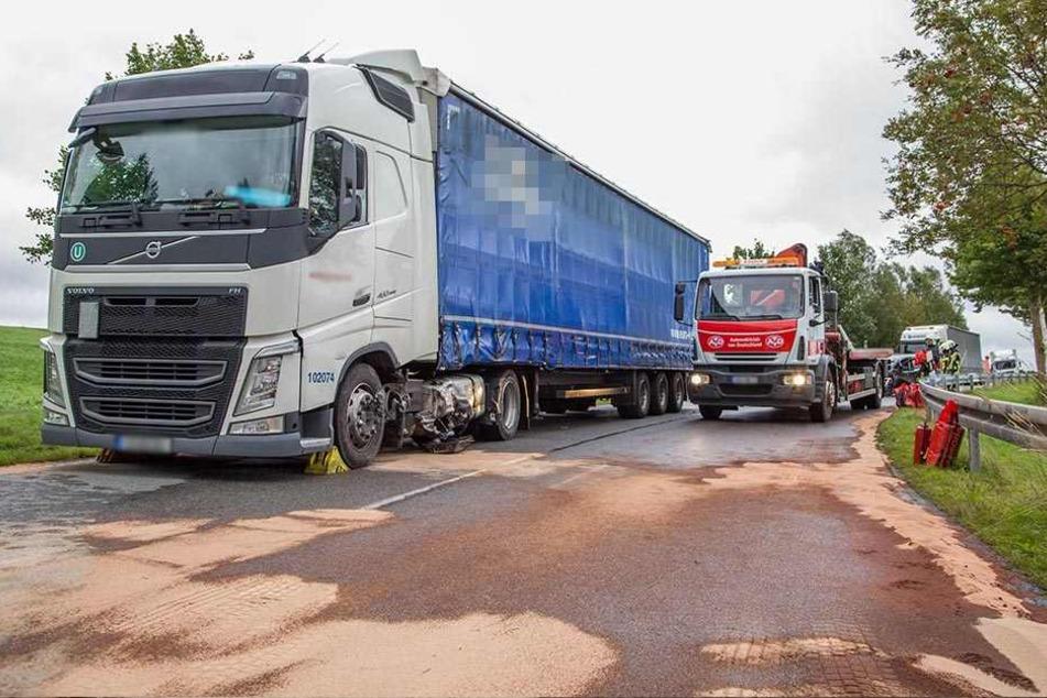 Gefahrgut-Einsatz im Erzgebirge! Auto reißt Lkw-Tank auf