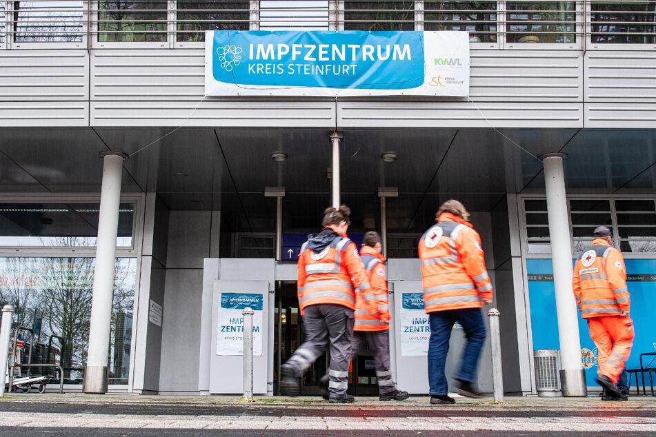 """Straftaten an NRW-Impfzentren: Reul will """"wertvollsten Hallen des Landes"""" beschützen"""