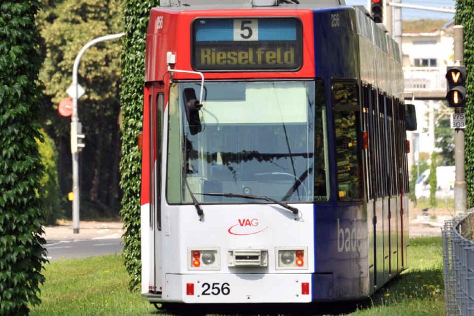 In einer solchen Straßenbahn der Linie 5 der VAG wurde der 19-Jährige mit einem Kopfstoß angegriffen.