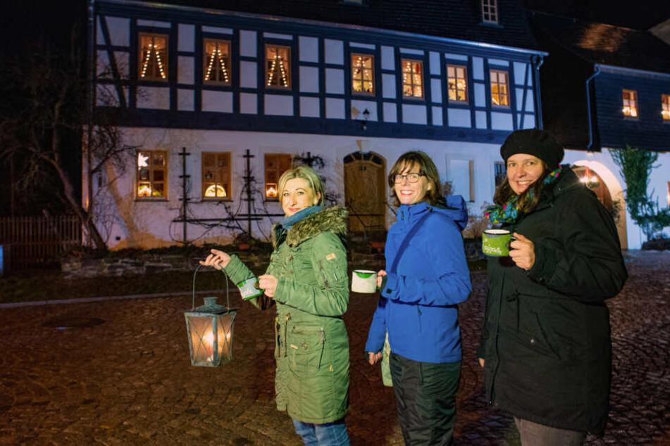 """Lebendiger Adventskalender: """"Wir dippeln mit dem Dippl in der Hand jeden Abend zu einem anderen Haus im Ort"""", so Ines Schulz (41) links mit Susann Unger (37) und Annett Beier (38) (v.l.) aus Wildbach."""