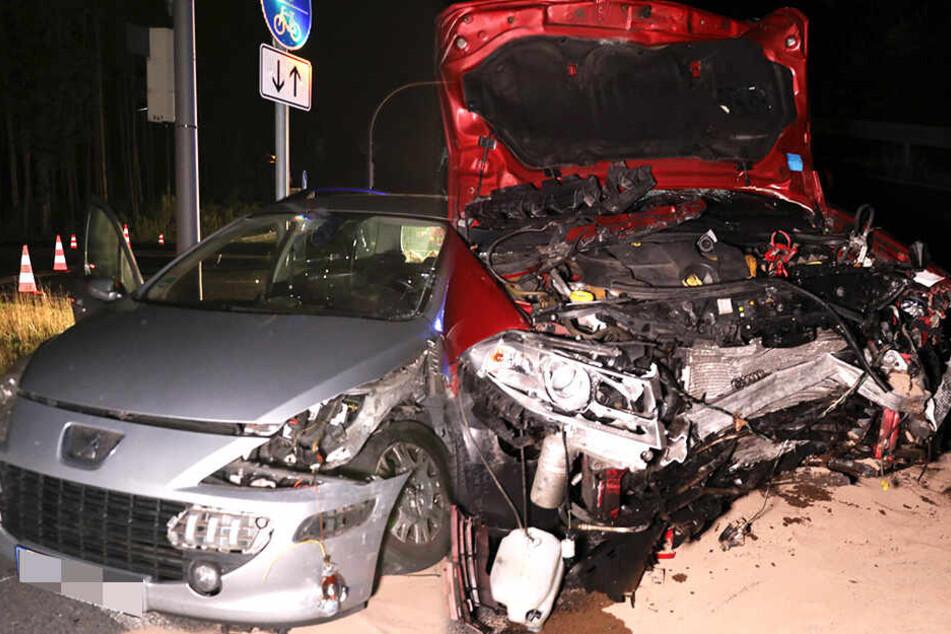 Peugeot knallt beim Abbiegen in Renault: Frau und Mann schwer verletzt