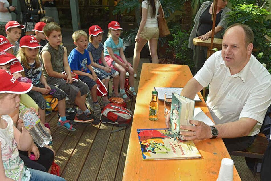 Dirk Hilbert beim Vorlesetag  nah an Dresdens kleinen Bürgern.