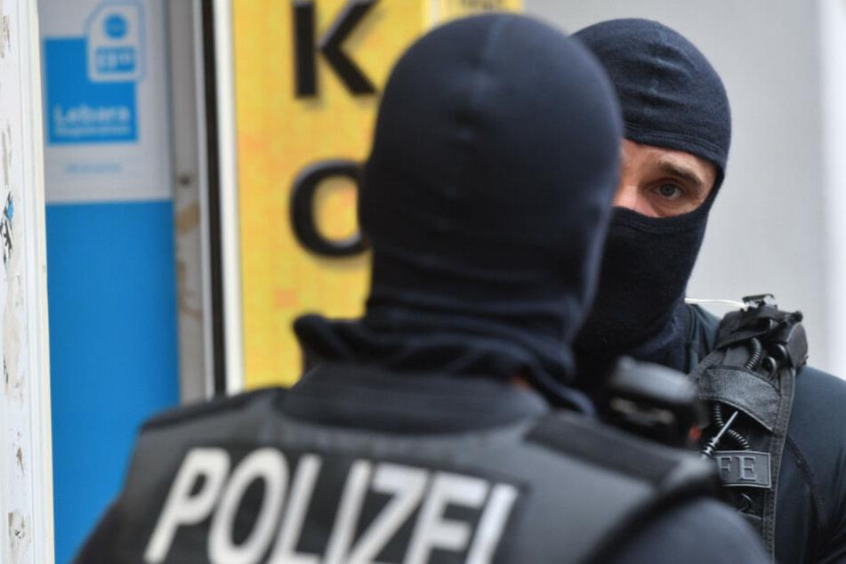 Vermummte Polizisten bei einer Razzia. (Symbolbild)