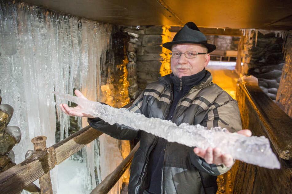 Jörg Scharnack (52), Museumsführer im Frohnauer Hammer, präsentiert riesige Eiszapfen.