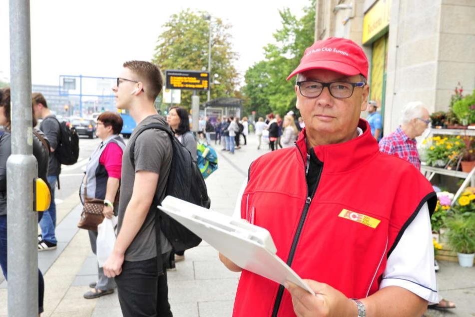 Roland Elias (66) vom ACE begutachtet den Fußgängerübergang am Tietz, wo im September Handynutzer gezählt werden.