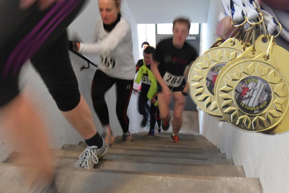 Zahlreiche Sportler waren dem Aufruf zur 19. Auflage der sportlichen Veranstaltung gefolgt, um in unterschiedlichen Altersklassen die 465 Stufen bis zur 29. Etage hochzulaufen. (Bildcollage)