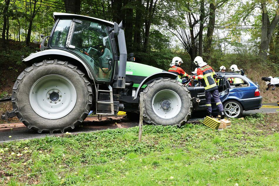 Schlimmer Unfall in Kreischa: BMW-Fahrer gerät unter Traktor!