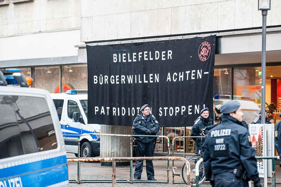 Mit einem riesigen Banner brachten die Gegendemonstranten ihre Meinung kund.