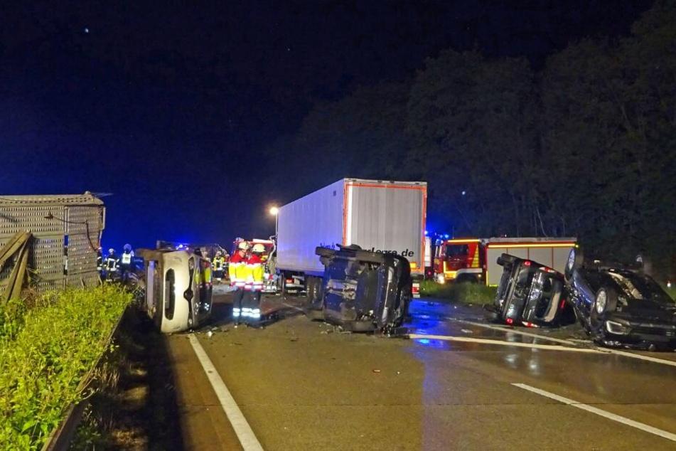 Die Autobahn glich einem Schlachtfeld, nachdem der Transporter die Ladung verloren hatte.