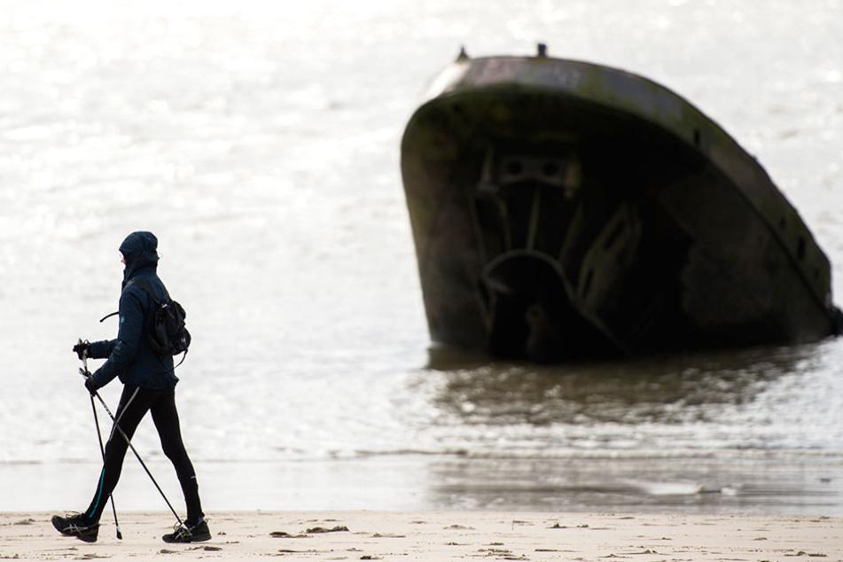 """Seit 43 Jahren ragt das Schiffswrack """"Uwe"""" vor Blankenese aus der Elbe heraus."""