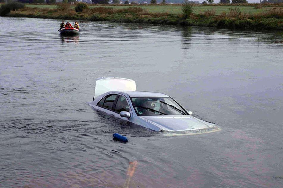 Das Auto des 19-Jährigen musste mit Drahtseilen aus der Weser gezogen werden.