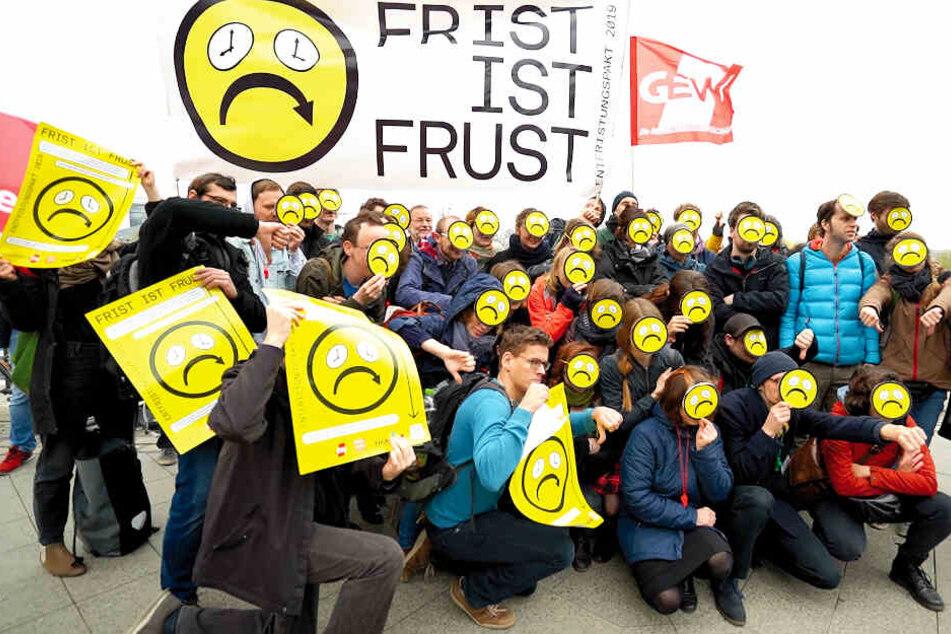 Wissenschaftliche Mitarbeiter demonstrieren vor dem Bundesministerium für Bildung und Forschung in Berlin gegen immer neue befristete Verträge und schlechte Bezahlung.